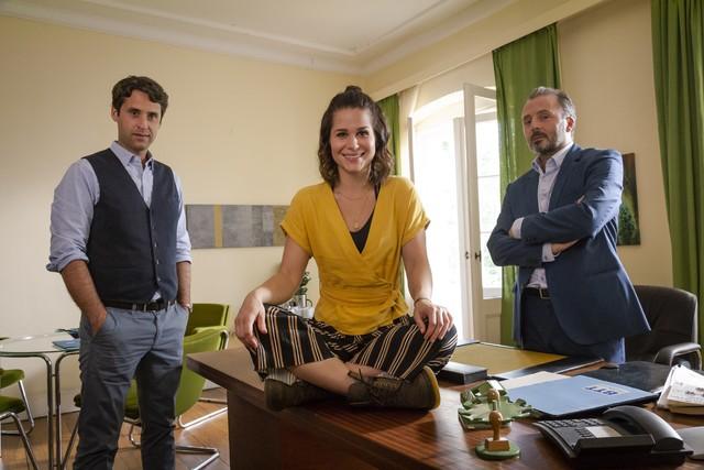Lucies (Cristina do Rego) neue Kollegen: Psychologe Bartels (Kai Albrecht, links) und Heimleiter Gleim (Robert Schupp, rechts).