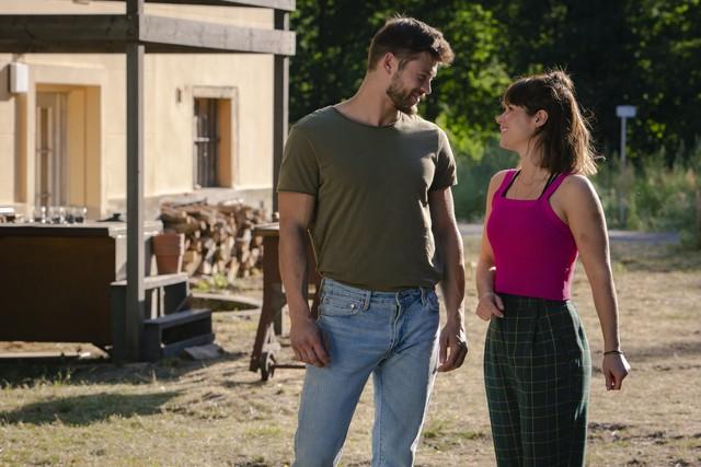 Zwischen Lucie (Cristina do Rego) und Alex (Eugen Bauder) funkt es sofort.