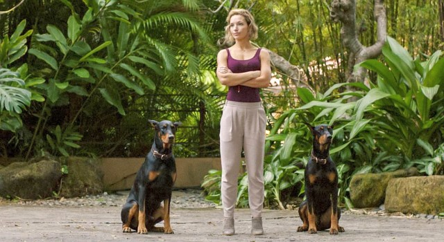 Higgins (Perdita Weeks) in Yoga-Klamitten und mit den Dobermännern Zeus und Apollo