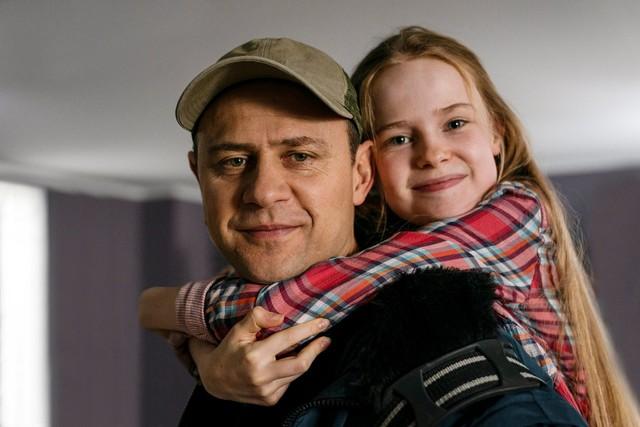 ... und viel zu selten entspannt wie hier in einem Familienmoment mit ihrem Papa Mike (Moritz Führmann).