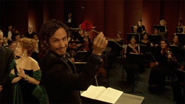 Gelungene Premiere: Maestro Rodrigo (Gael García Bernal) nimmt für sein Orchester Applaus und Blumen entgegen