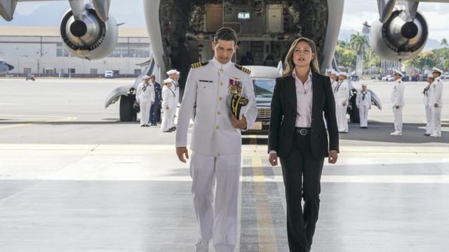 Jane Tennant (Vanessa Lachey, r.) geht auf Konfrontatinoskurs mit Captain Joe Milius (Enver Gjokaj, l.)