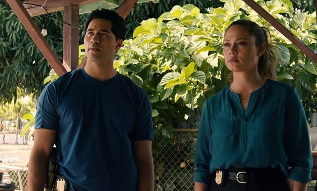 """Vanessa Lachey (l.) und Alex Tarrant (r.) in """"NCIS: Hawai'i"""""""