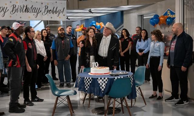 "Der 'innere Kreis' von ""The Crew"": Chuck (Gary Anthony Williams), Amir (Dan Ahdoot), Catherine (Jillian Mueller), Bobby (Bruce McGill), Beth (Sarah Stiles) und Kevin (Kevin James)."