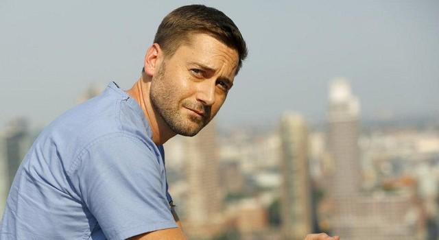 Dr. Max Goodwin (Ryan Eggold) auf dem Dach des