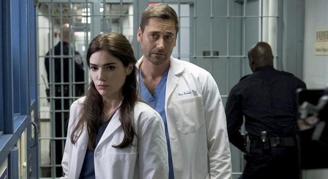 Die Ärzte Bloom (Janet Montgomery) und Goodwin (Ryan Eggold) im hauseigenen Gefängniskrankenhaus
