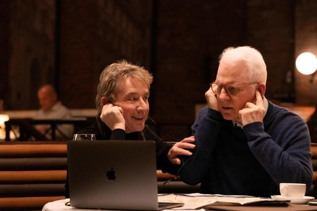 Oliver (Martin Short, l.) und Charles (Steve Martin, r.) verbindet die Begeisterung für einen True-Crime-Podcast.