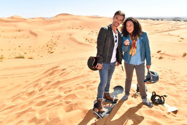 """Hanna Liebhold (Barbara Wussow) ist es gelungen, Kapitän Max Parger (Florian Silbereisen) zu einem """"Skiausflug"""" in die goldenen Sanddünen zu überreden."""