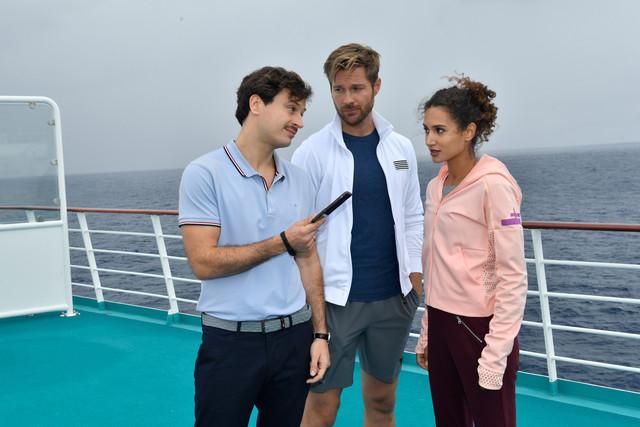 Lilani (Michaela Saba, r.) und Lennart (Tommy Schlesser, M.) genießen die gemeinsame Zeit an Bord. Nur Ken (Jaime Ferkic, l.) wird immer aufdringlicher.