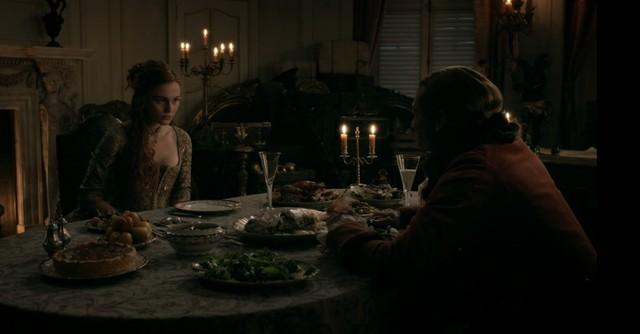Brianna (Sophie Skelton) versucht Bonnet (Edward Speleers) in Sicherheit zu wiegen.