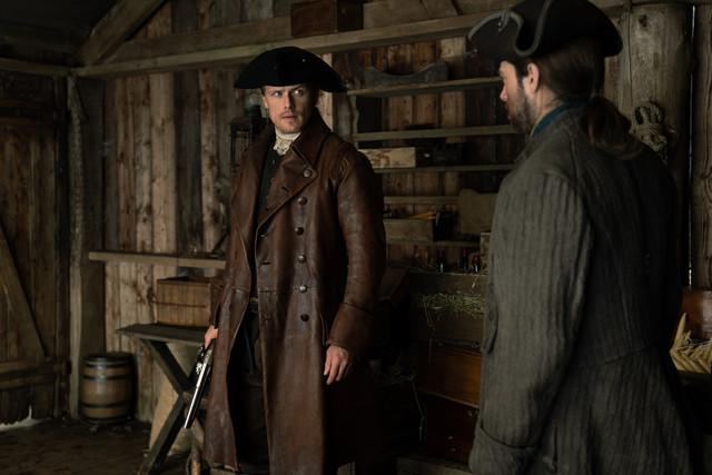 Jamie (Sam Heughan) und Roger (Richard Rankin) versuchen, Bonnet zu stellen.