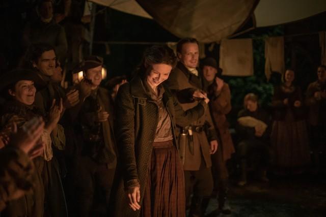 Claire (Caitriona Balfe) und Jamie (Sam Heughan) feiern ausgelassen.