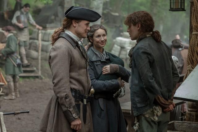 Jamie (Sam Heughan) und Claire (Caitriona Balfe) haben gute Neuigkeiten für die Zwillinge.