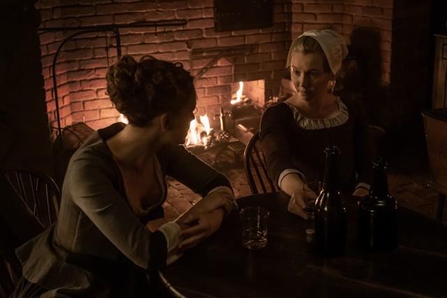 Marsali (Lauren Lyle) versucht, Brianna (Sophie Skelton) aufzuheitern.
