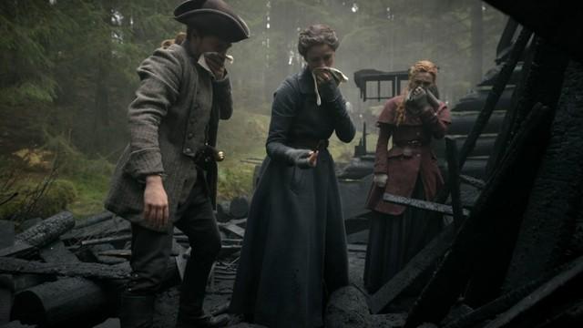 Claire (Caitriona Balfe) findet eine Pfeilspitze.