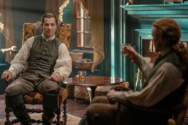Lord John (David Berry) verabschiedet sich von Jamie (Sam Heughan).