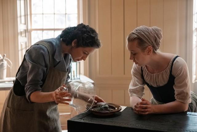 Claire (Caitriona Balfe) wagt medizinische Experimente und nimmt Marsali (Lauren Lyle) unter ihre Fittiche.