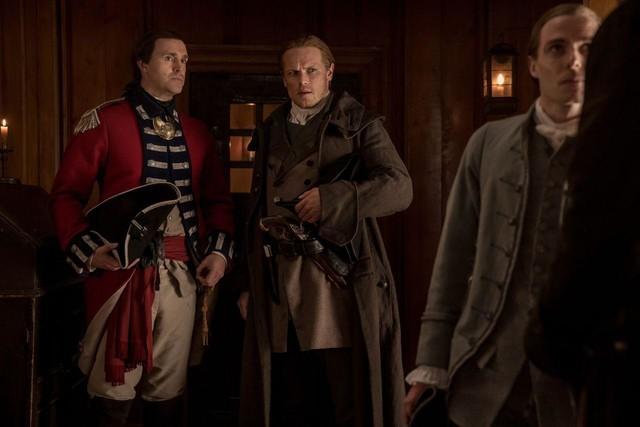 Jamie (Sam Heughan) ist vom Vorgehen der Regulatoren schockiert.
