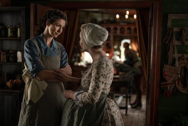 Claire (Caitriona Balfe) vertraut sich Marsali (Lauren Lyle) an.