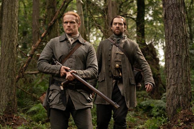 Jamie (Sam Heughan) und Roger (Richard Rankin) auf der Pirsch