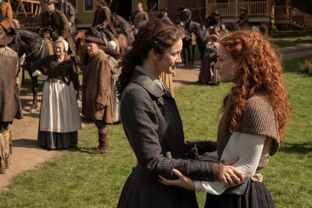 Claire (Caitriona Balfe) verabschiedet sich von Brianna (Sophie Skelton).