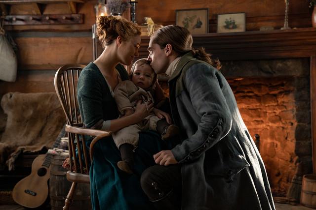 Brianna (Sophie Skelton) und Roger (Richard Rankin) mit Baby Jeremiah