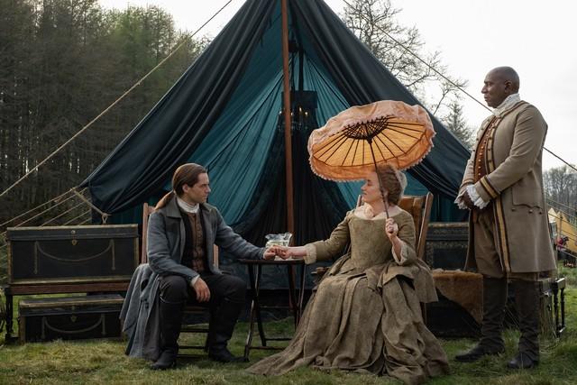 Roger (Richard Rankin) fällt auf Jocastas (Maria Doyle Kennedy) Spiel herein.
