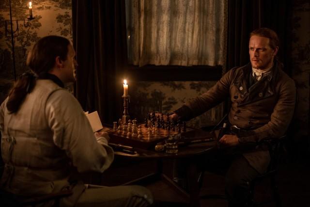Leutenant Knox (Michael D. Xavier) und Jamie (Sam Heughan) stehen auf einmal auf verschiedenen Seiten.