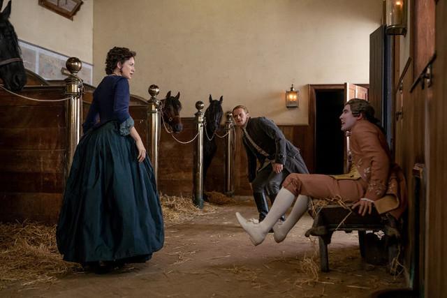 Phillip Wylie (Chris Donald) bekommt den Zorn von Claire (Caitriona Balfe) und Jamie (Sam Heughan) zu spüren.