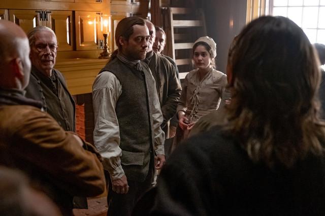 Roger (Richard Rankin) versucht die Siedler zu beruhigen.