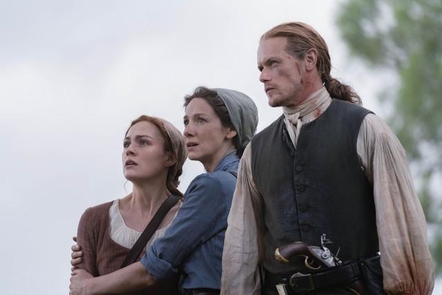 Brianna (Sophie Skelton), Claire (Caitriona Balfe) und Jamie (Sam Heughan) sind fassunglos über den grausamen Anblick, der sich ihnen bietet.