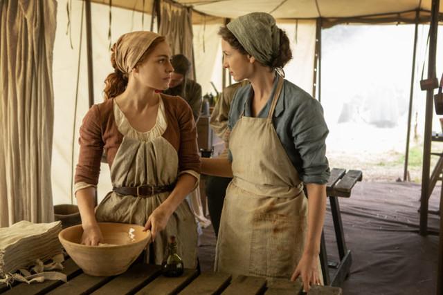 Brianna (Sophie Skelton) hilft Claire (Caitriona Balfe) im Feldlazarett.
