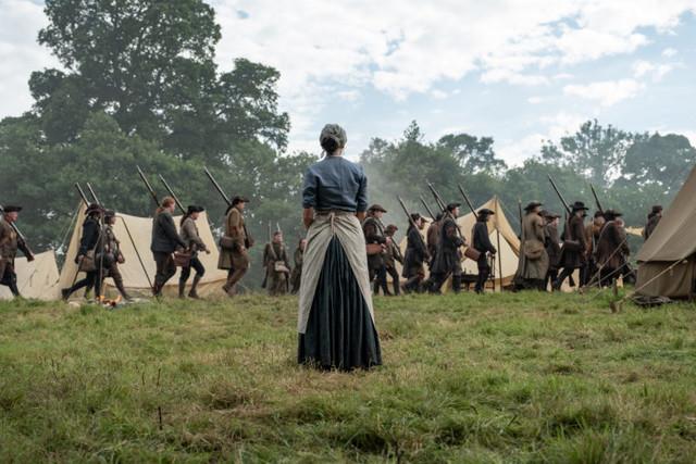 Claire (Caitriona Balfe) beobachtet besorgt, wie die Miliz in die Schlacht zieht.