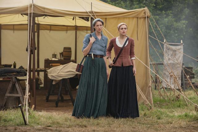 Claire (Caitriona Balfe) und Brianna (Sophie Skelton) sind tief getroffen von Murtaghs Tod und gleichzeitig immer noch in Sorge um Roger.