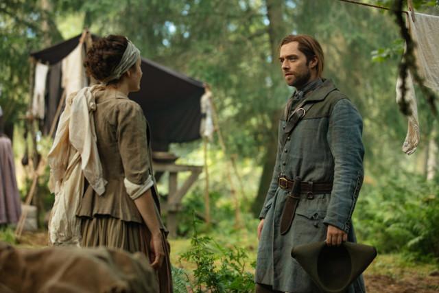 Roger (Richard Rankin) versucht erneut, Morag MacKenzie (Elysia Welch) zu helfen.