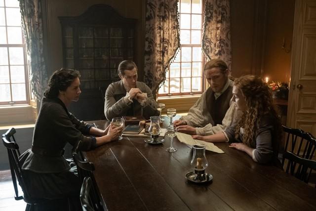 Governor Tryon (Tim Downie) versucht, sich die Vergebung der Frasers zu erkaufen.