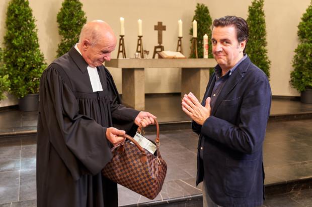 Ob Bastians Plan, wieder in die Kirche aufgenommen und Patenonkel zu werden, aufgeht?