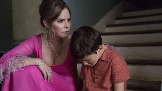Mutter Eleanor (Jennifer Jason Leigh) ist dem jungen Patrick (Sebastian Maltz) keine große Hilfe