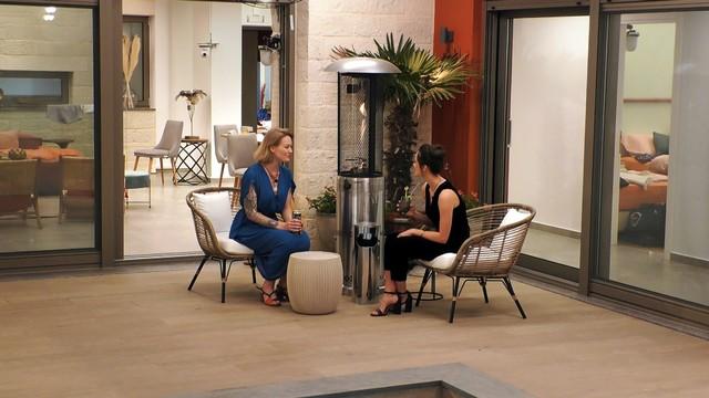 Johanna und Irina lernen sich bei einem ersten Gespräch besser kennen.