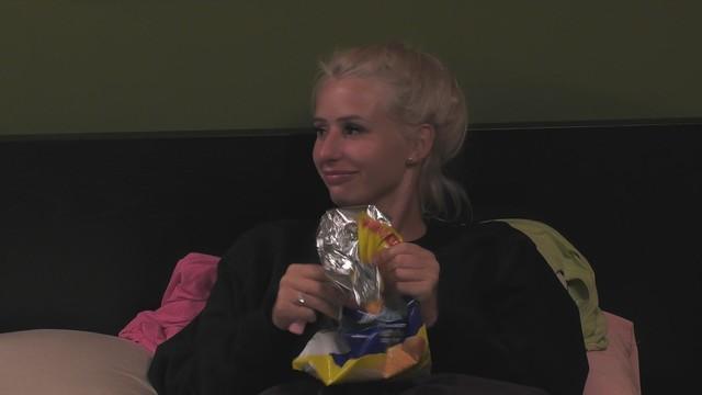 Carina Spack knistert mit der Chipstüte, um Claudia Obert vom Schlafen abzuhalten.