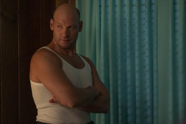 """Corey Stoll als Charles Wainwright auf Freiersfüßen in """"Ratched""""."""