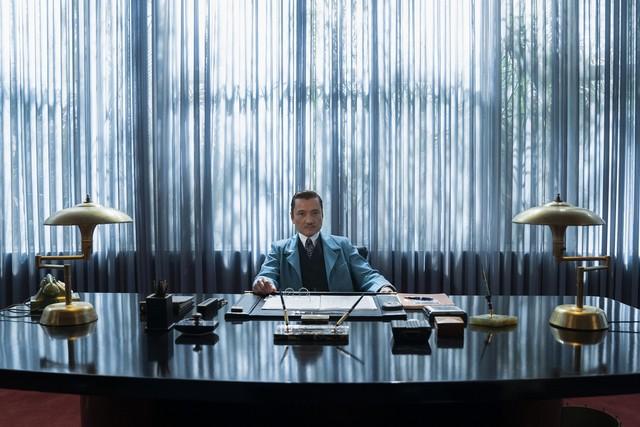 """Die Inszenierung von """"Ratched"""" setzt auf große Optik: Jon Jon Briones als Dr. Richard Hanover"""
