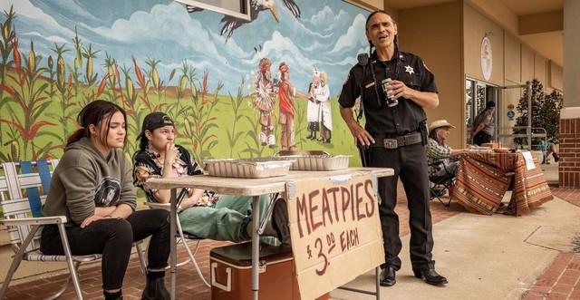 Vorsicht Gammelfleisch! Elora und Willie Jack verscherbeln Pasteten, Officer Big (Zahn McClarnon) hat bald Bauchweh.
