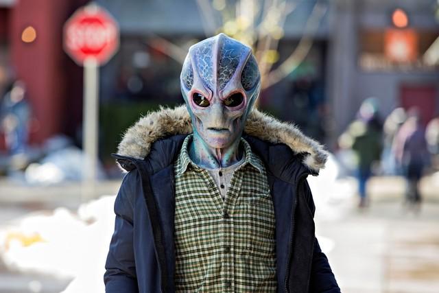 Alien Harry (Alan Tudyk), wie ihn nur weniger als 10.000 menschliche Erdenbewohner sehen können.