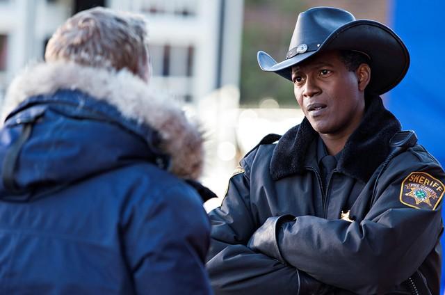 Wird mit dem eigenwilligen Dr. Harry Vanderspeigle (Alan Tudyk) nicht warm: Sheriff Mike Thompson (Corey Reynolds, r.).