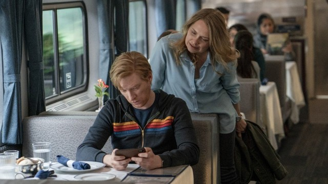 """Billy (Domhall Gleeson) und Ruby (Merritt Wever) sind zwei """"nicht ganz Fremde"""" in einem Zug. Mal zwischen Unsicherheit..."""