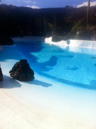 """Der Pool des Barons - heute eine Touristenattraktion in den """"Jameos del Agua"""" auf Lanzarote"""