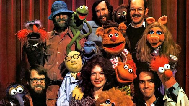 Die Puppenspieler und ihre Figuren, darunter Jim Henson (oben Mitte) und Frank Oz (oben rechts)