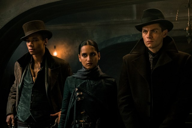 Drei Mitglieder der 'Six of Crows': Jasper Fahey (Kit Young), Inej Ghafa (Amita Suman) und Kaz Brekker (Freddy Carter)