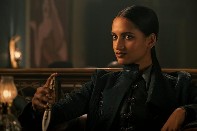 Inej Ghafa (Amita Suman) hat immer ein Messer im Ärmel - oder 14...